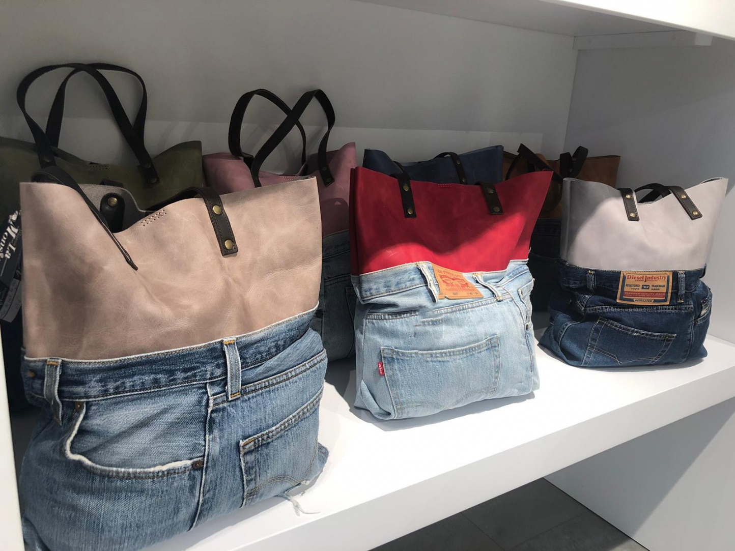 Bolsos de piel y complementos de moda: la esencia de lo esencial - Img 3