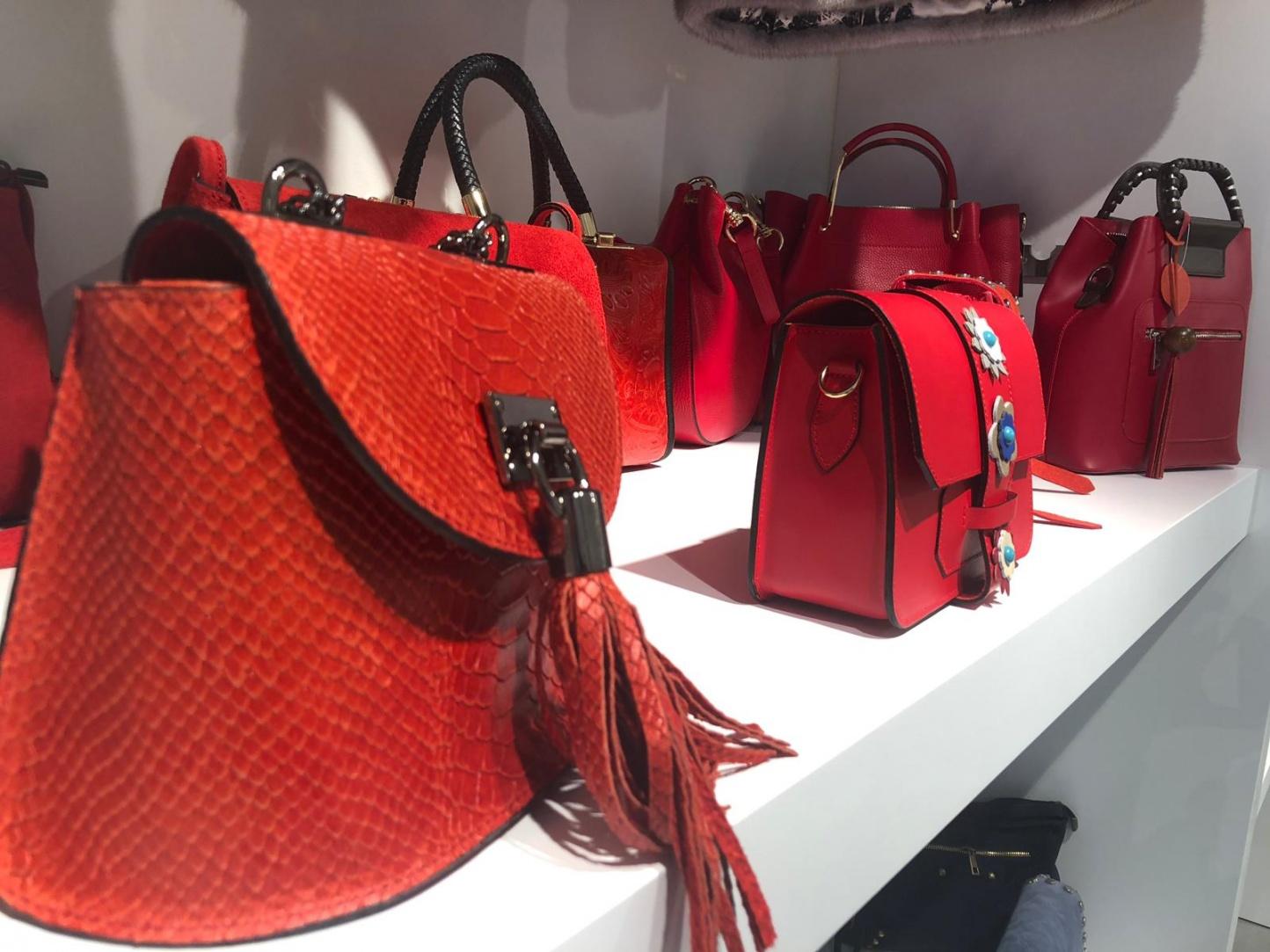 Bolsos de piel y complementos de moda: la esencia de lo esencial - Img 2